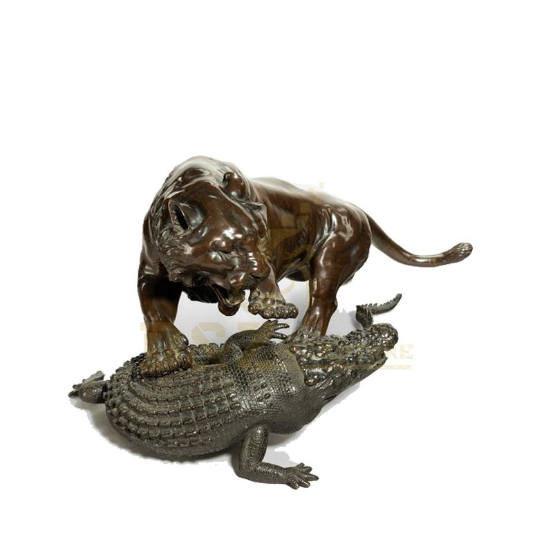 Outdoor life size antique cast bronze animal sculpture tiger fight crocodile statue